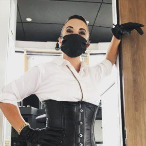 Amalie von Stein mit Mundschutz Maske aus Leder ein stylischer Mund-Nasen-Schutz.