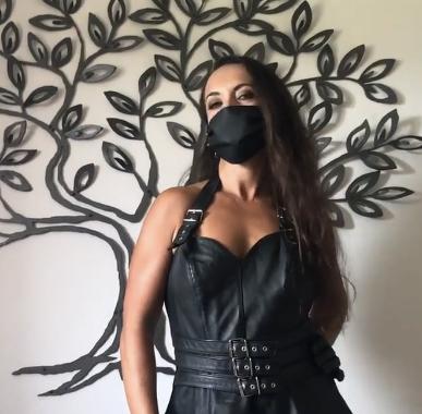 Amalie von Stein trägt eine Mundschutz Maske aus Leder ein stylischer Mund-Nasen-Schutz.