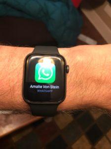Das moderne Halsband die Apple Watch zeigt Nachrichten an.