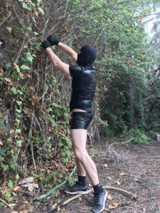 24/7 Sklave bei der Gartenarbeit im BDSM-Knast.
