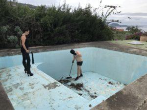 Die Säuberung des Pools von Casa Dolorosa gehört mit zur Session auf Teneriffa!