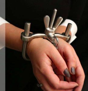 """Die """"Dungeon Steel Hand Cuffs"""""""