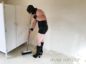 Der sissy slave und Haussklave macht seine Arbeit gut.