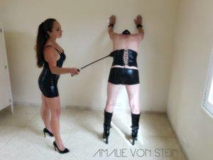 Sklave G. wird von Amalie von Stein mit Peitschen schlägen bestraft.